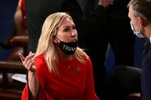 """La republicana Marjorie Taylor Greene ahora culpa a su equipo de apoyar llamado a """"ejecutar"""" a Pelosi"""