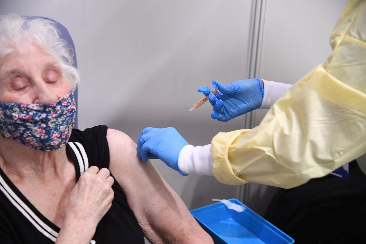 5 advertencias a considerar antes de reunirte con tus seres queridos aunque ya se hayan vacunado contra COVID-19