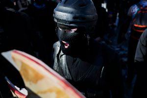 Video muestra a miembros de Antifa rompiendo cristales y pintando sede de Partido Demócrata en Oregon tras investidura de Joe Biden