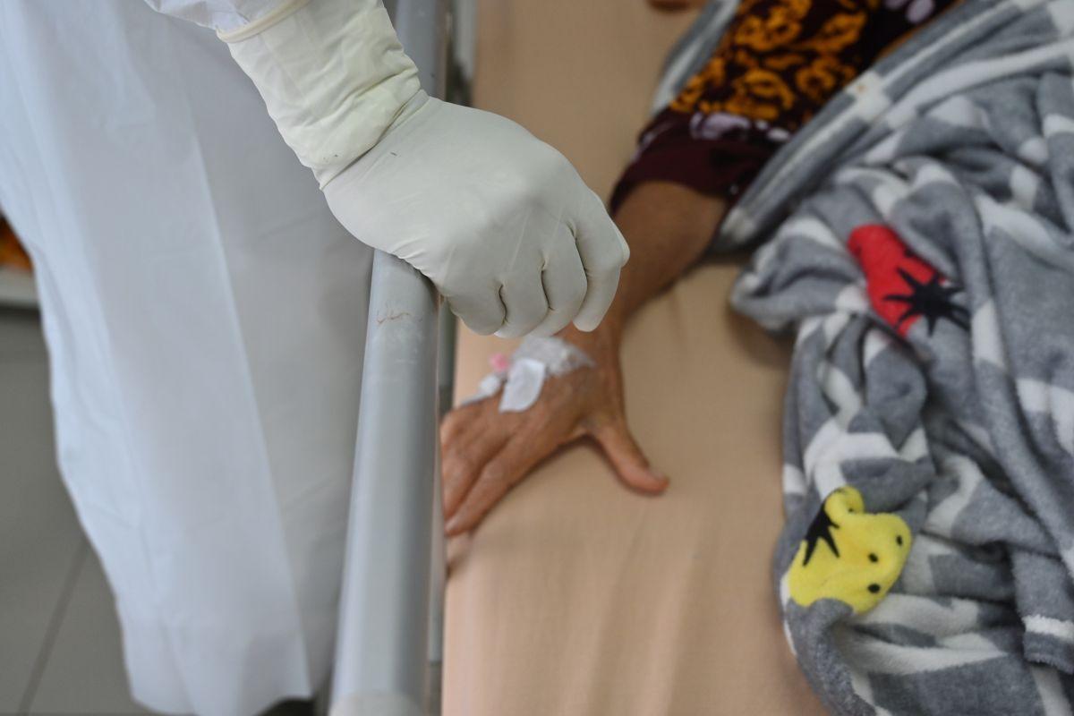 """Doctor es acusado de haber matado a pacientes con COVID-19 para """"liberar"""" camas de su hospital"""