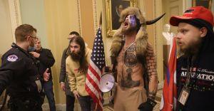 """Fiscales retractan su afirmación de que los asaltantes al Capitolio querían """"capturar y asesinar"""" a congresistas"""