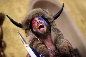 Hombre vestido de bisonte que irrumpió en Capitolio pide el perdón de Trump y alega haber actuado pacíficamente