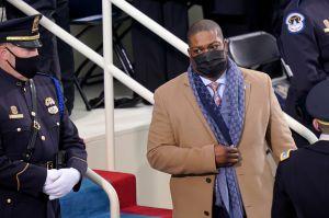 Héroe del asalto en el Capitolio sirvió como escolta de la vicepresidenta Kamala Harris en ceremonia de investidura