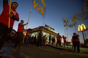 Trabajadores de McDonald's, Burger King y otras cadenas de comida rápida se declaran en huelga; piden aumento al salario mínimo