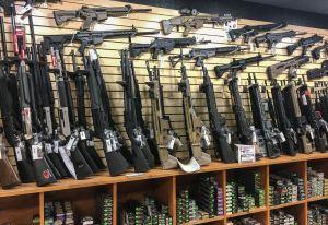 Fabricantes de armas en Estados Unidos cultivan al mercado latino
