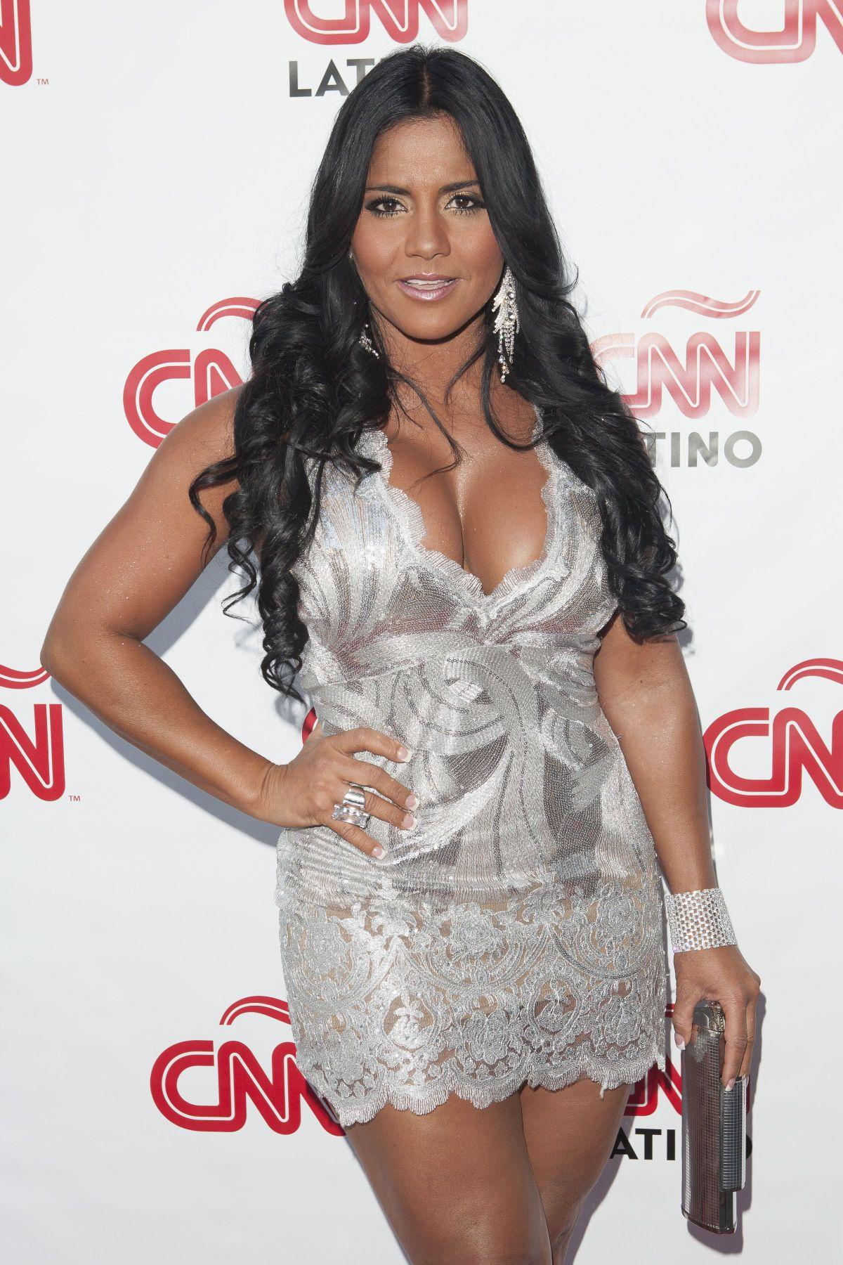 Completamente desnuda, Maripily Rivera bañó sus curvas en