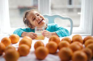 Por qué los niños no deben beber jugos de frutas