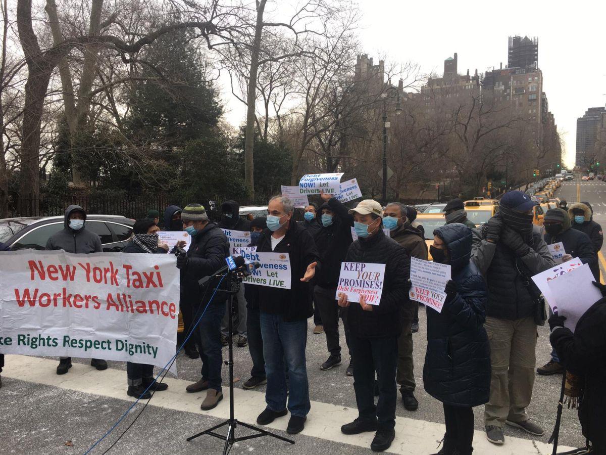Taxistas instan al alcalde no dar 'más excusas' para aprobar alivio a deuda de medallones
