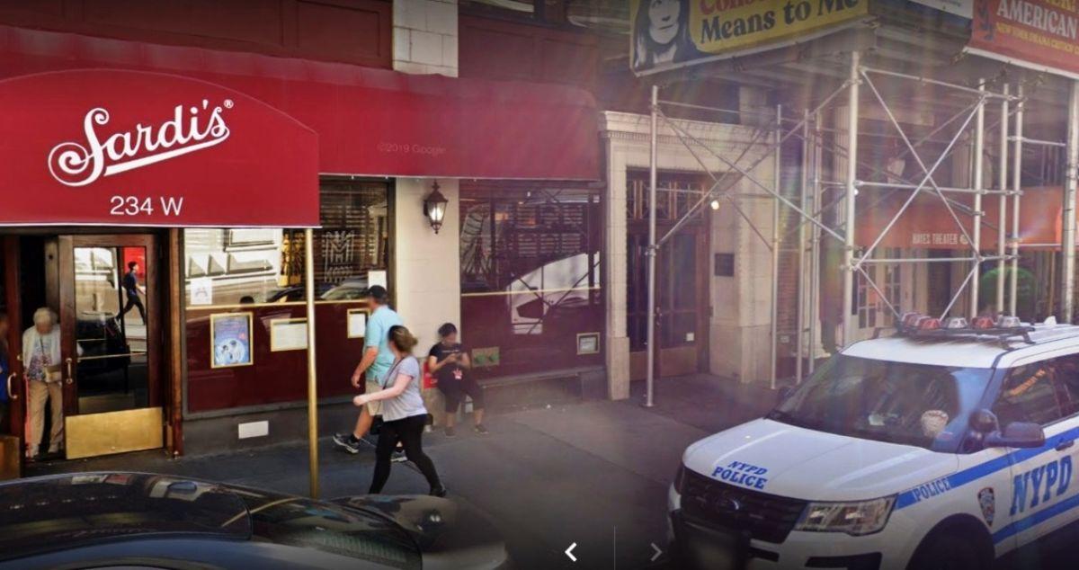 Mesera hispana demanda a legendario restaurante Sardi's de Nueva York por acoso sexual