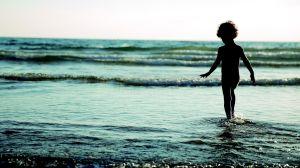 Niño encuentra billete de $5 flotando en el mar y lo vende en $755