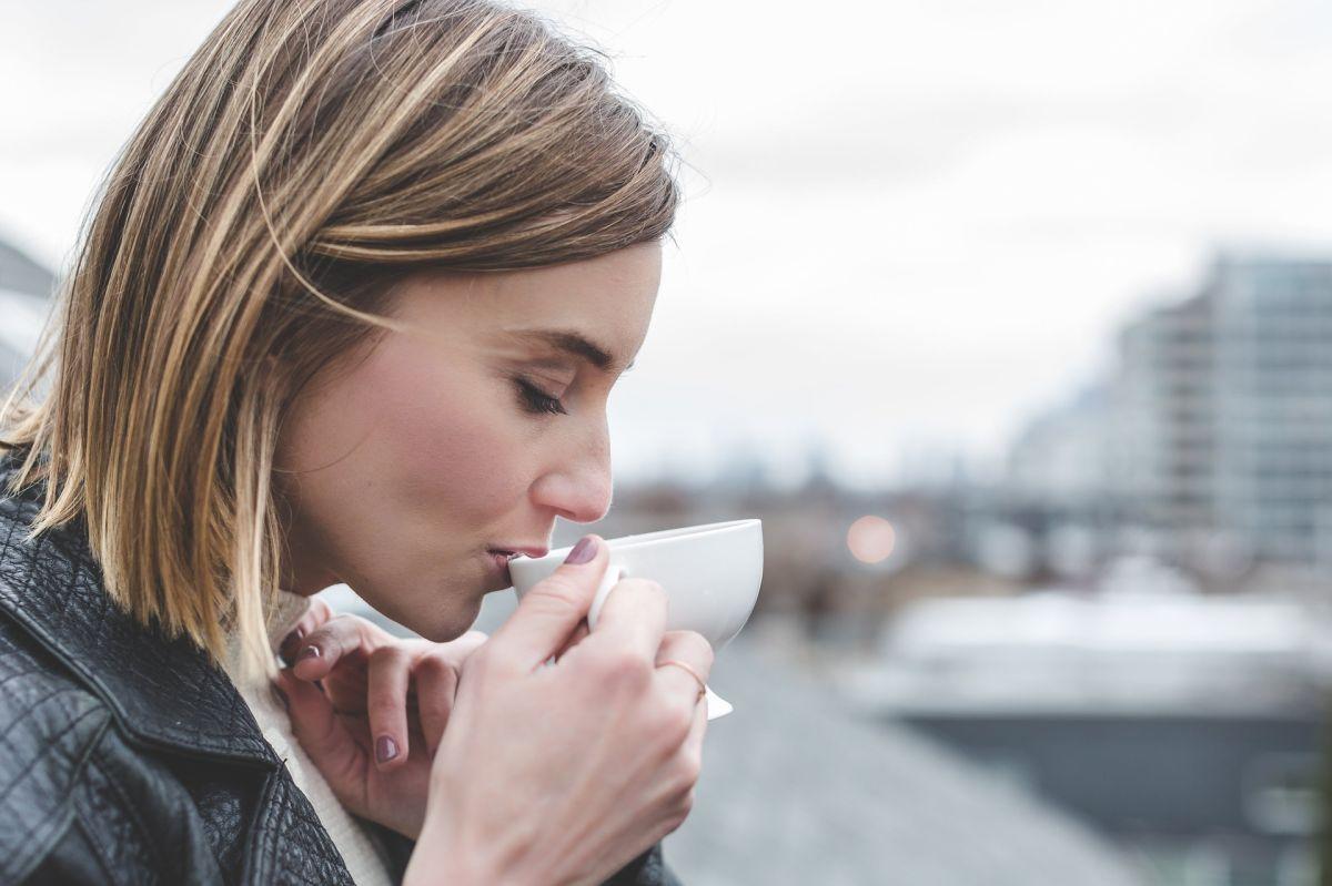 Beber este té puede ayudar a quemar grasa mientras duermes, según un nuevo estudio