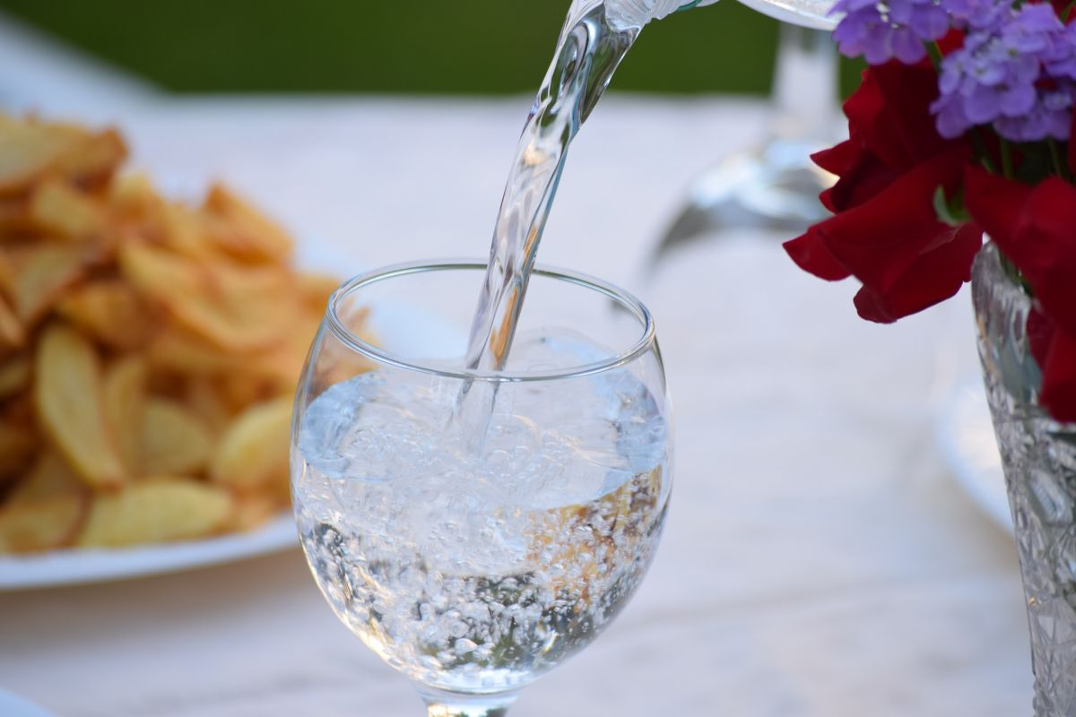 Cómo el agua con gas puede afectar la salud más de lo que imaginas