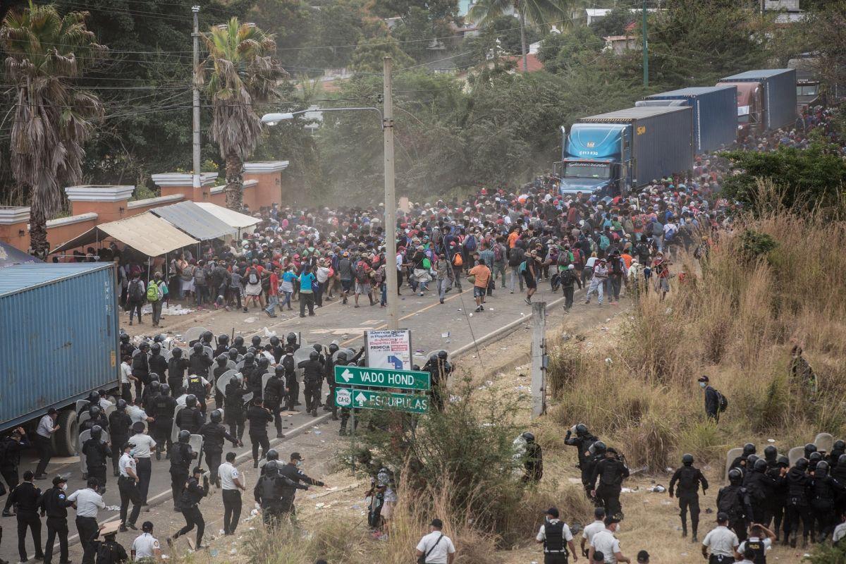 """Equipo de Biden advierte a caravana migrante que la frontera """"no estará abierta para todos"""""""