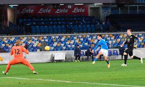 "Lo hizo de nuevo: Con golazo del ""Chucky"" Lozano el Napoli destrozó al Spezia"