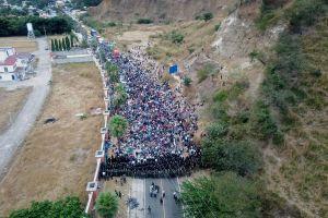Caravana de 9,000 inmigrantes camino a Estados Unidos; 6,000 enfrentan a ejército de Guatemala