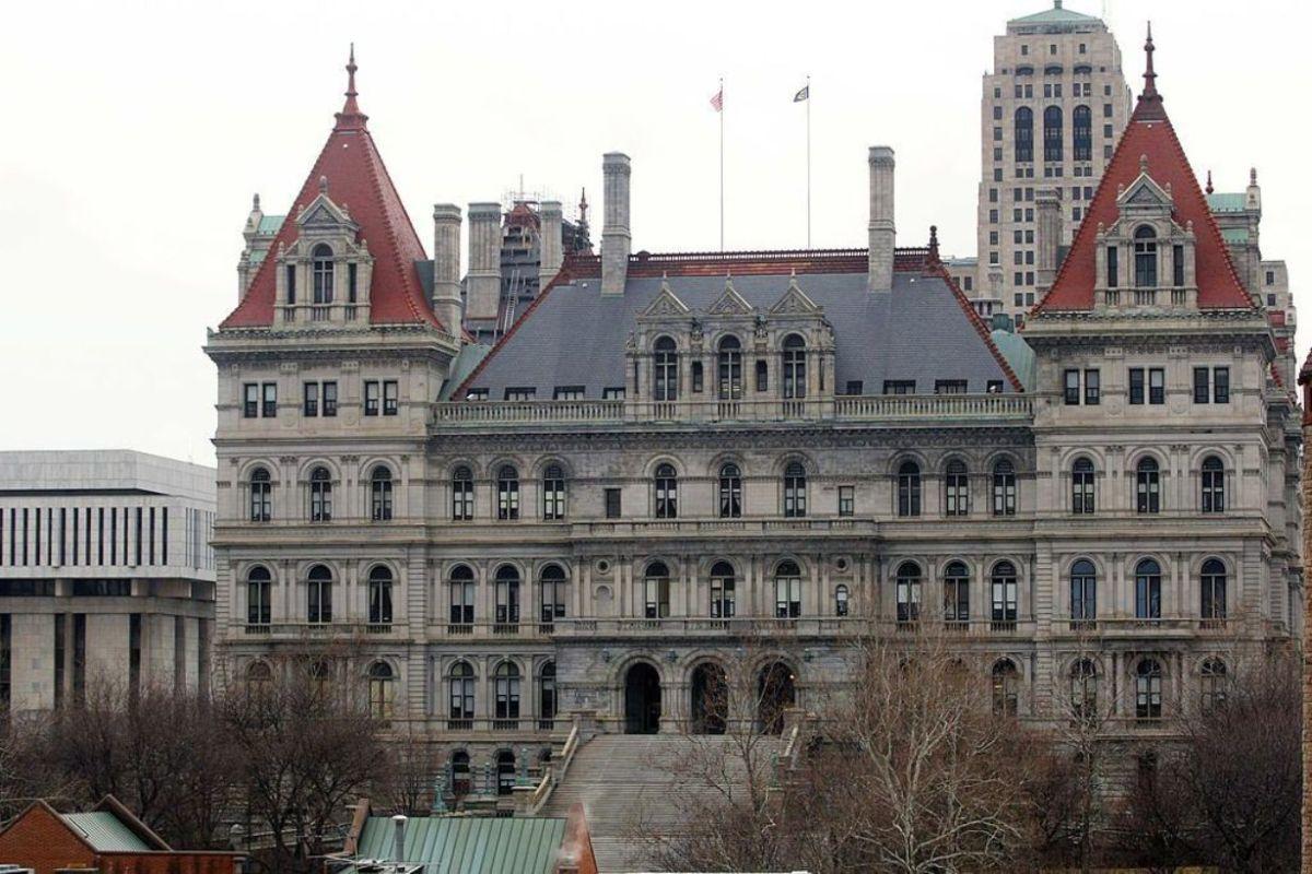 Arrestaron a senador latino de NY por violencia doméstica en El Bronx; abogado dice que es víctima de su esposa