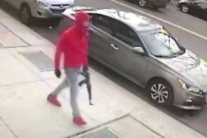 Con una escopeta a plena luz: insólito paseo de un hombre en El Bronx