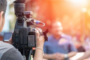 Reportero se entera durante transmisión en vivo que la madre de su hijo murió de coronavirus