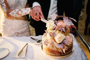 Novios pelean a pastelazos en plena boda