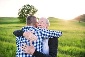 Se reencuentran con su hijo 45 años después de haber sido dado en adopción sin su consentimiento