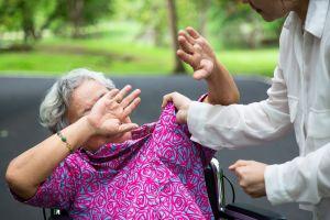 Graba a escondidas el maltrato hacia su madre con demencia de parte de su cuidadora
