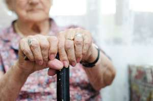 Anciana es abandonada por su hija en lote baldío