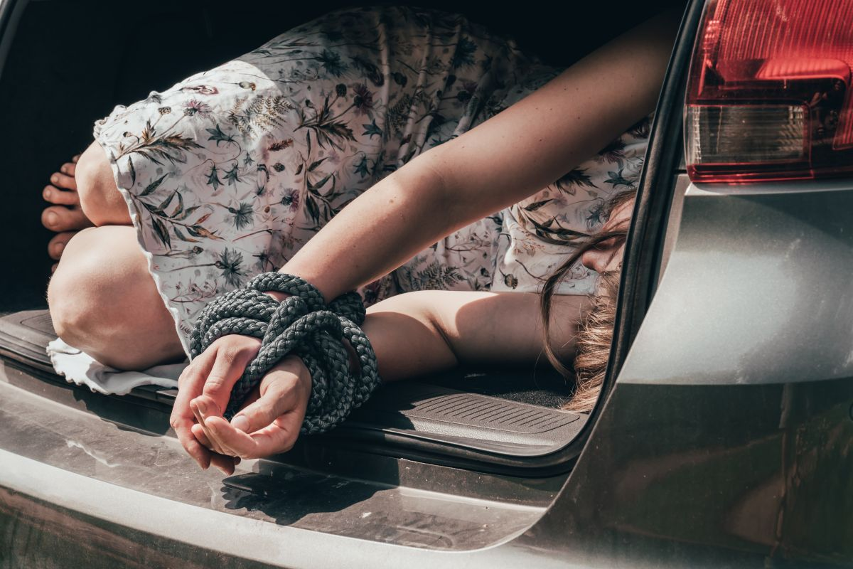Descubre una mano saliendo de la cajuela de un auto y sin querer, salva a joven de secuestro