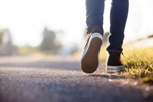 Caminaba 11 kilómetros diario para ir a su trabajo y sus vecinos le dan increíble regalo