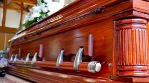 Acuden al banco con cadáver para pedir su dinero y poder pagar su funeral