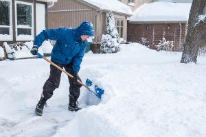 Lo que tienes que hacer y lo que no para palear la nieve sin lastimarte