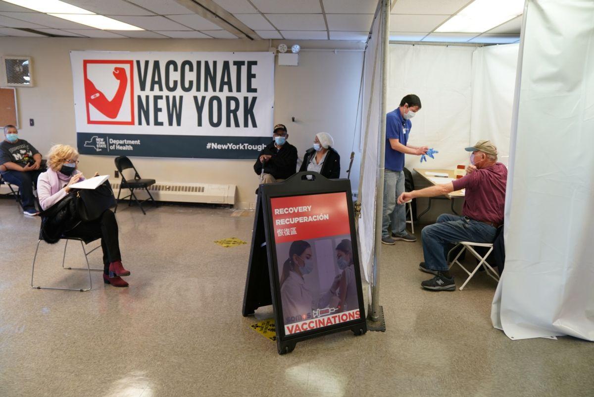Trabajadores de restaurantes y taxistas ahora son elegibles para ser vacunados contra el COVID-19 en Nueva York