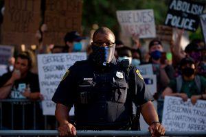 Policías latinos y negros son menos violentos que los agentes blancos