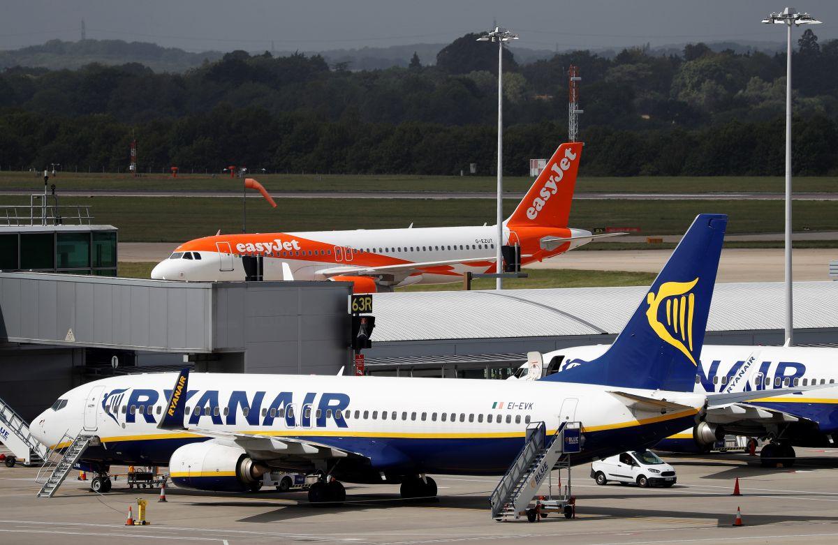 Italiana en vuelo de Ryanair escupe y patea a otros pasajeros porque pedirle que usara mascarilla