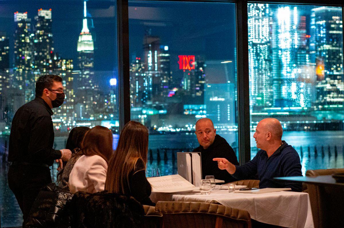 Continuará 'toque de queda' a partir de las 11 P.M en bares y restaurantes de Nueva York