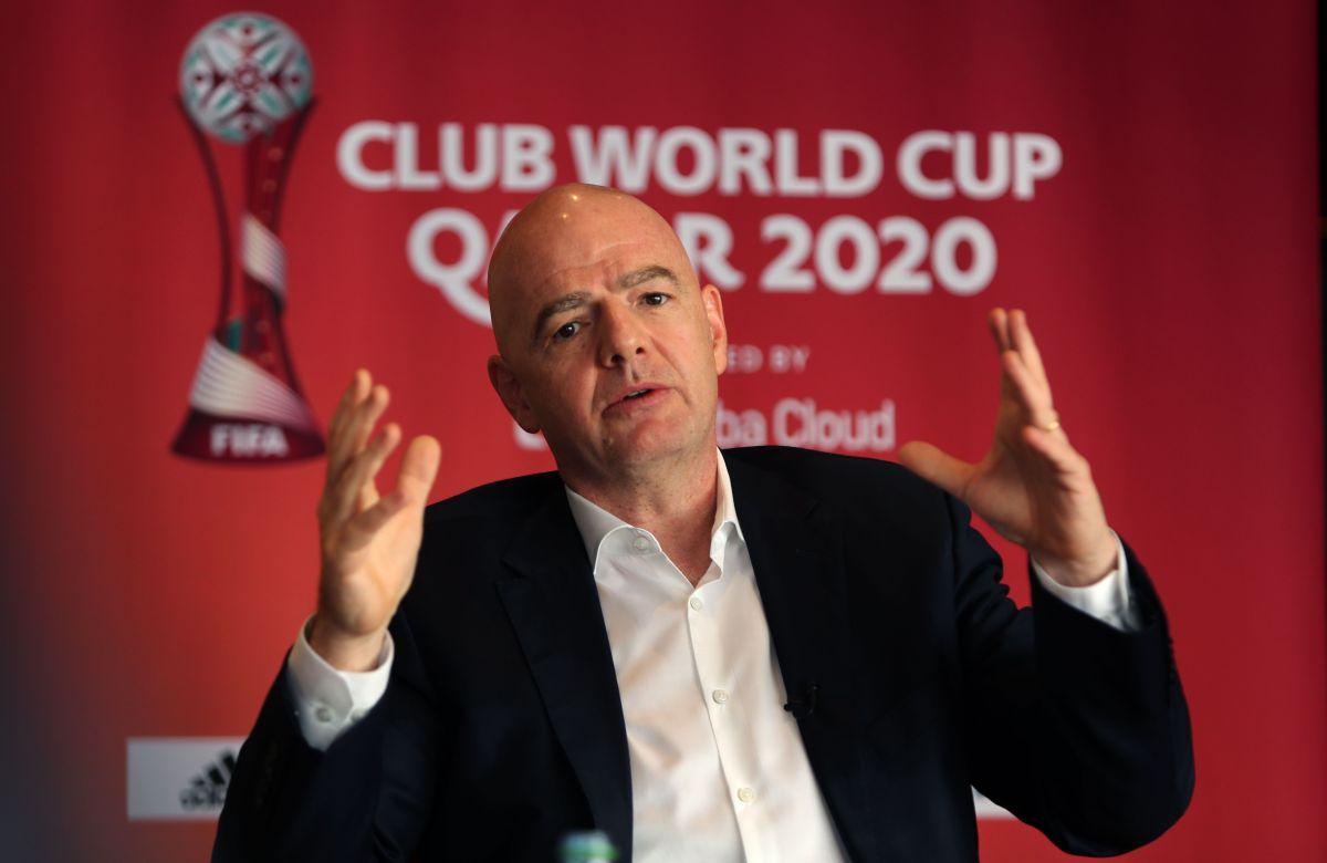 Presidente de la FIFA niega haber pedido a las árbitras que no saludaran al jeque en Qatar