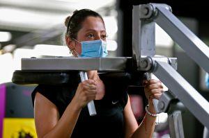 CDC detecta grandes brotes de COVID-19 en gimnasios y pide reforzar medidas
