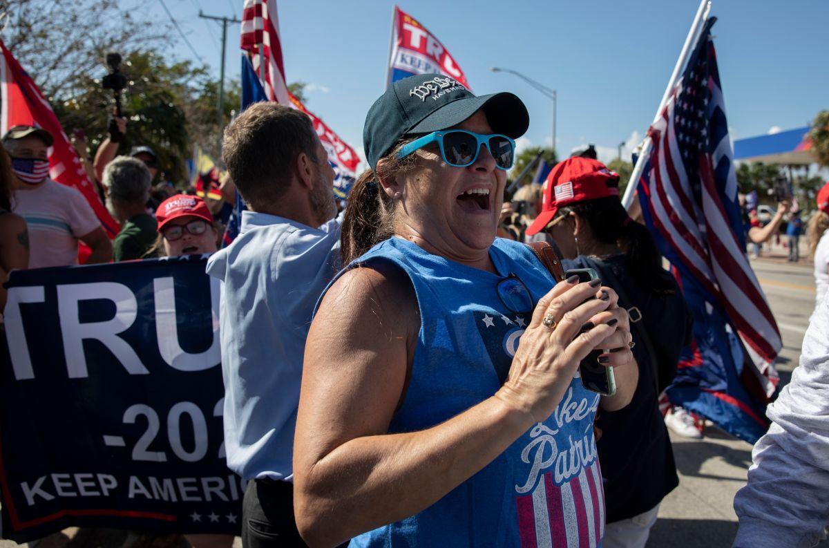 Cientos de simpatizantes de Trump llegan hasta Mar-a-Lago, en Florida, para celebrar al expresidente