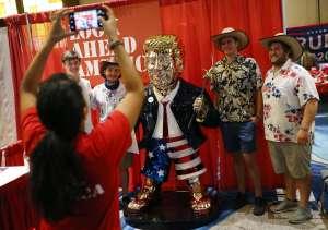 El Trump dorado que causa sensación en CPAC fue hecho en México y se vende en $100,000