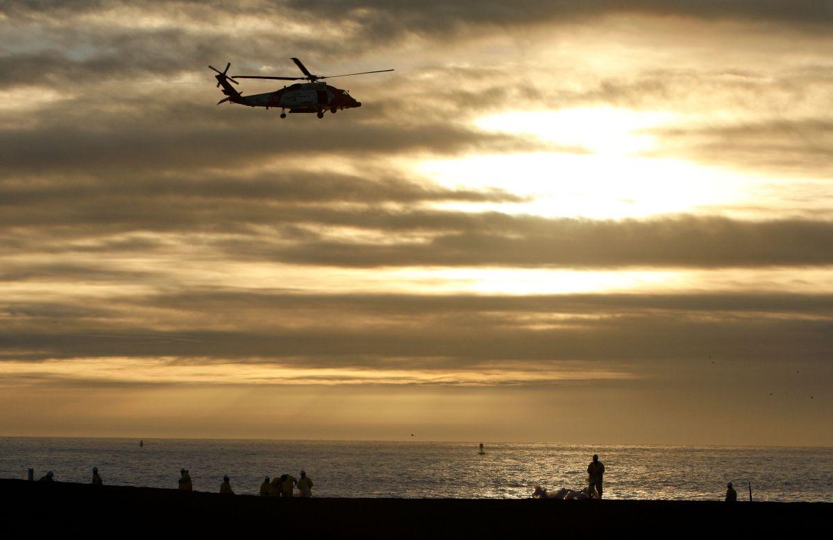 Un helicóptero de la Guardia Costera de Estados Unidos sobrevuela Rodeo Beach en California.