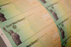 """Las semejanzas entre el tercer cheque de estímulo y los pagos bajo """"Crédito tributario por hijos"""" de Biden"""
