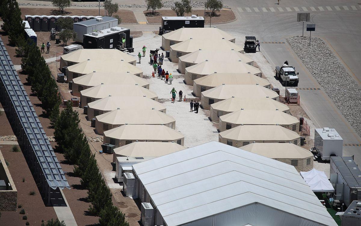 Biden enfrenta polémica por reapertura de centros de detención de niños migrantes, aunque no están en jaulas