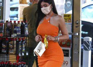 Kylie Jenner bajó de su Lamborghini en un vestido megaajustado y dejó a todos atónitos