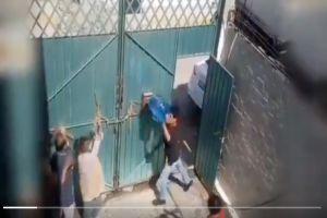 VIDEO: Sujeto golpea a sus padres de la tercera edad; les avienta un contenedor ¡lleno de agua!