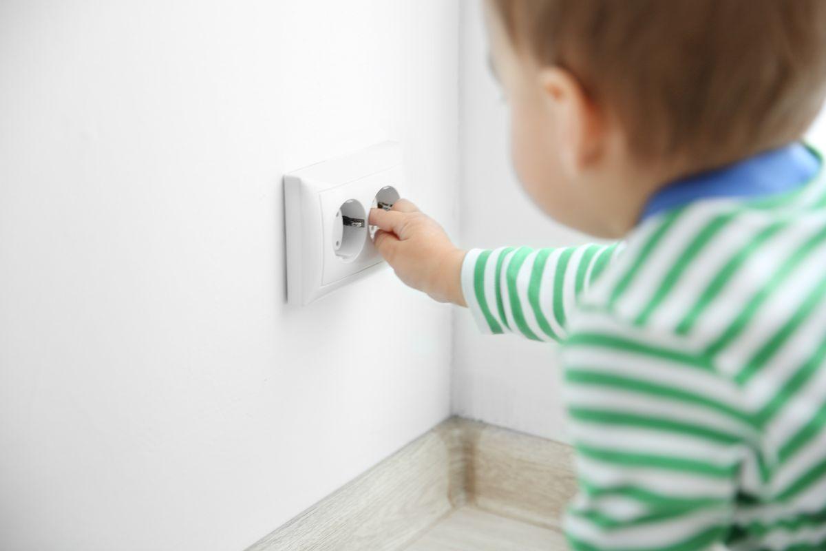 Muere bebé de 2 años electrocutado por meter una cuchara en un enchufe