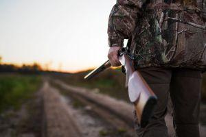 Las duras críticas hacia una cazadora que posó con el corazón de una jirafa en el Día de San Valentín