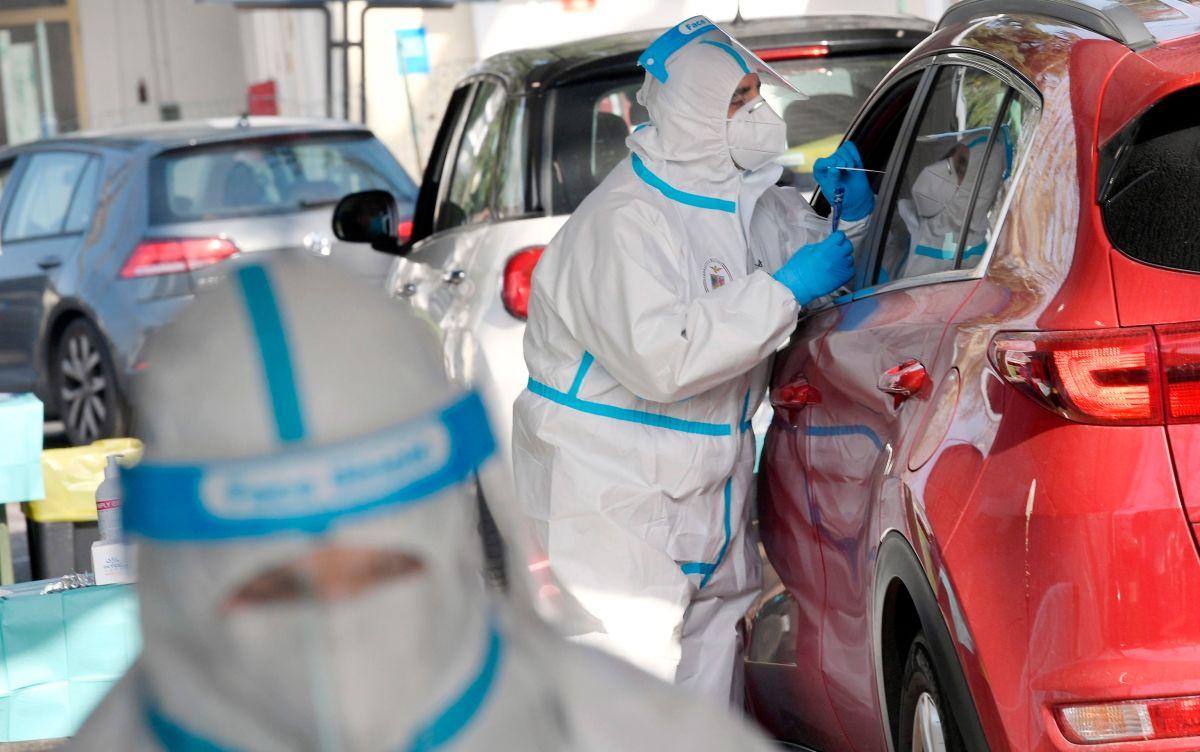 Qué hay detrás de la caída global sostenida de casos y muertes por coronavirus