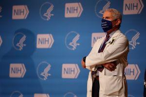 """Fauci advierte que es """"posible"""" que haya que usar mascarillas contra el coronavirus en 2022"""