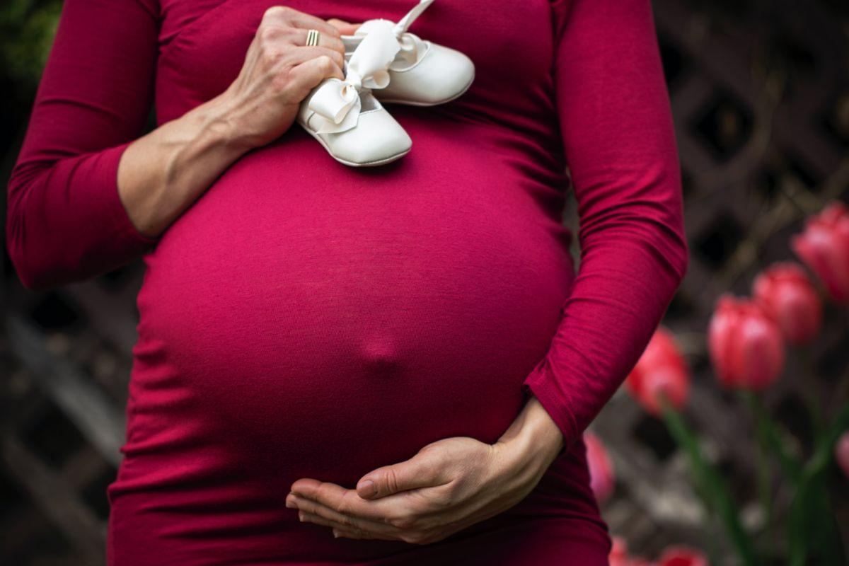 Mujer en Reino Unido quedó embarazada de nuevo mientras ya esperaba otro bebé
