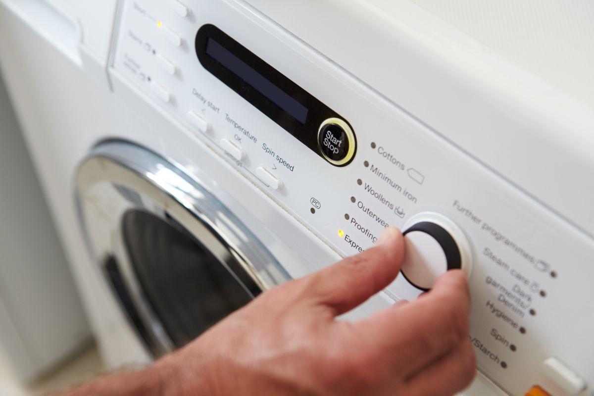 Muere niño al meterse a lavadora que se encontraba en uso