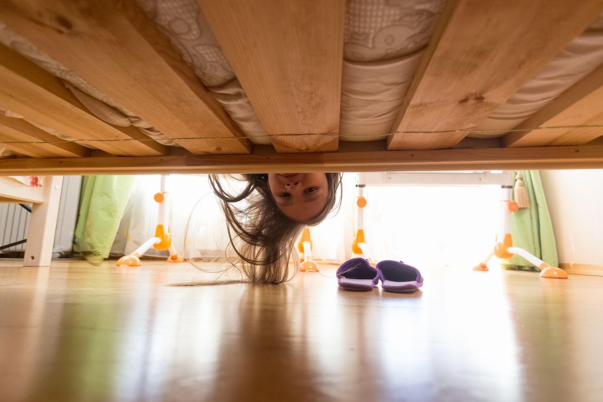 Al aterrador video que muestra a una bebé que aparentemente fue jalada por un fantasma debajo de su cama